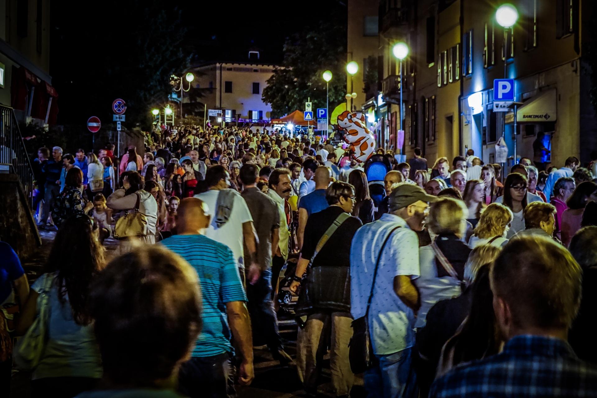 I Castelnovo ne'Monti var det selvsagt en eller annen festival. Hele byen var stappa full av folk. Til og med Mario hadde tatt turen.