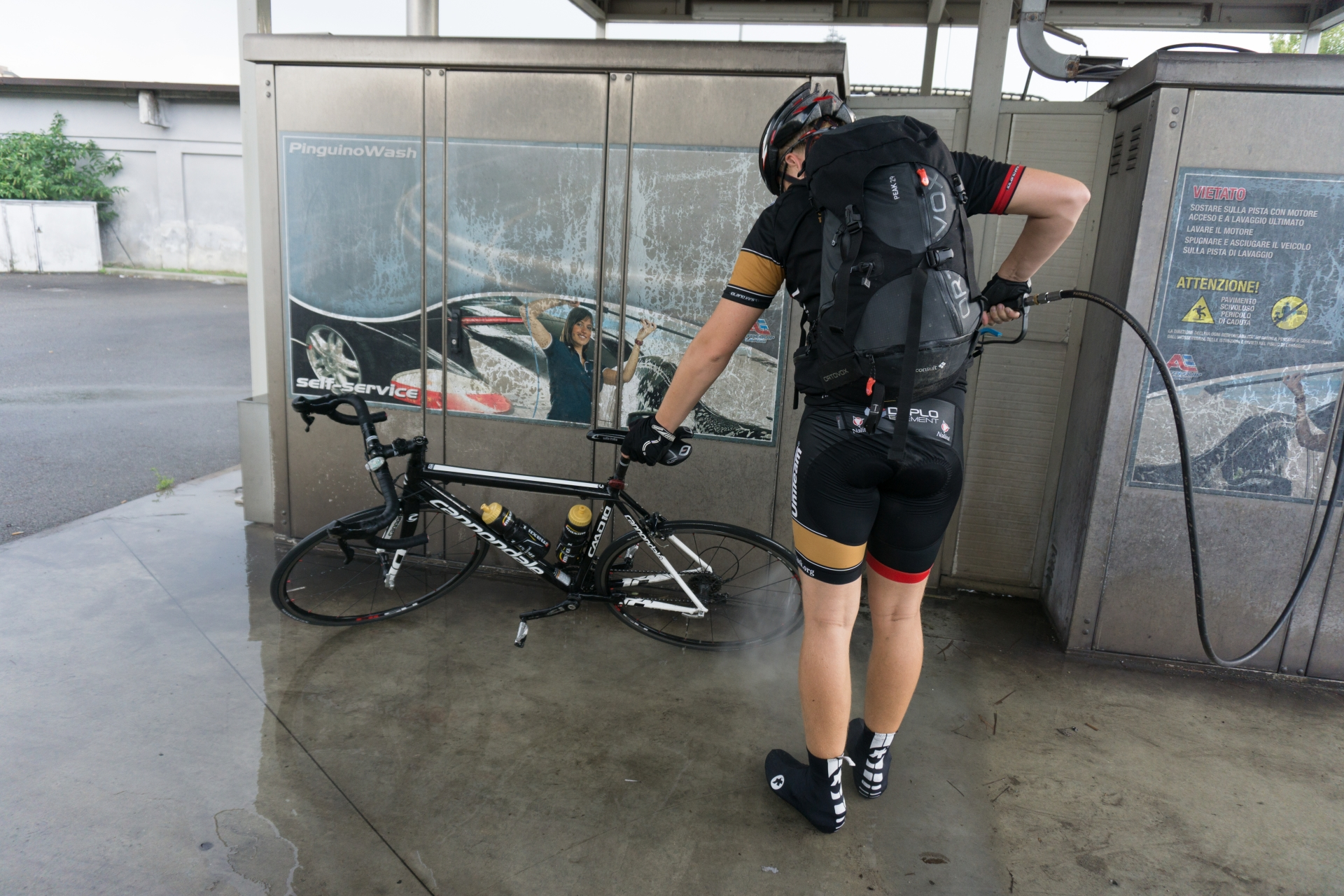 De sista mila inn til Firenze så lå vi noen minutter bak en regnbyge. Veien var ikke akkurat ren, så vi stakk innom en bensinstasjon og spylte av syklene litt. Henrik sin sykkel var for øvrig renere etter dette enn den noengang har vært det siste året.